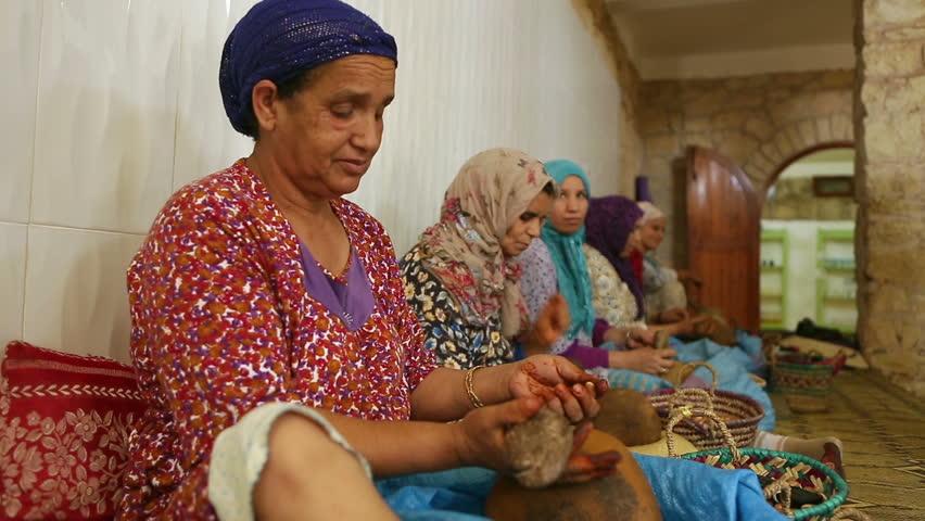 Cooperativa di donne a Essaouira che lavora l'Argan