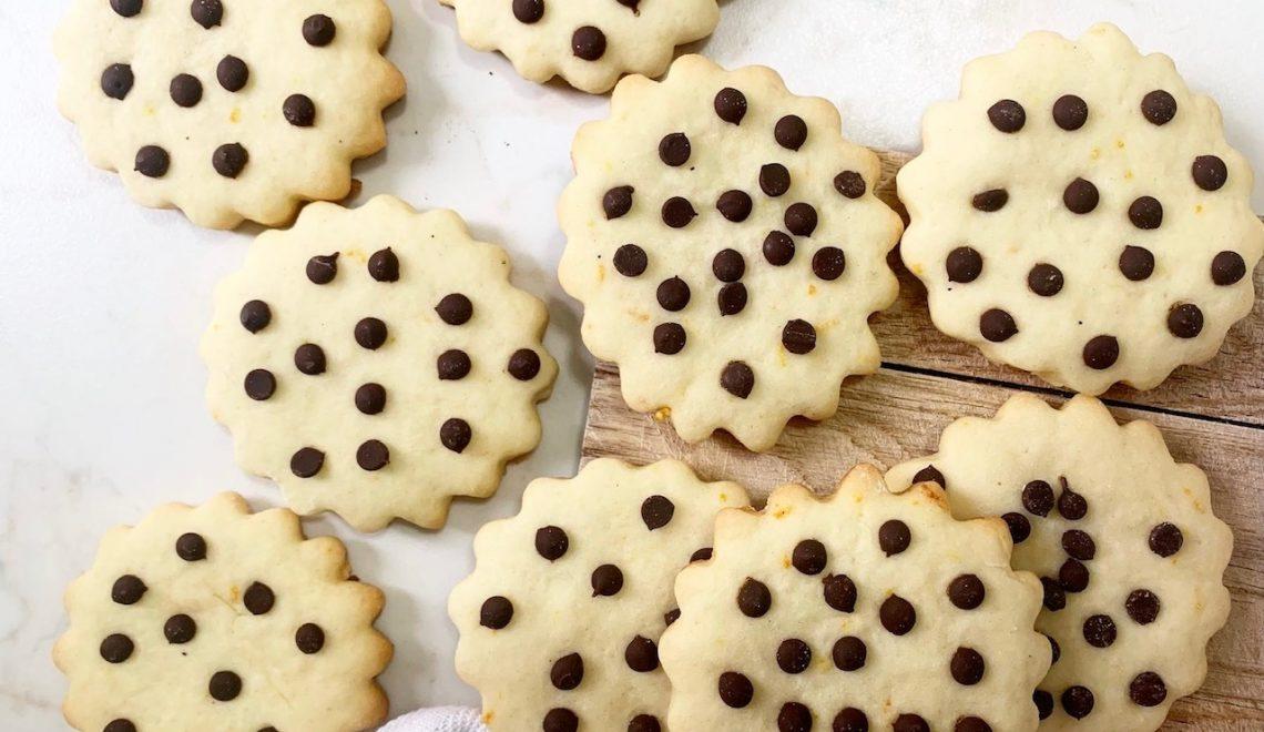 Biscotti vegani con gocce di cioccolata senza glutine