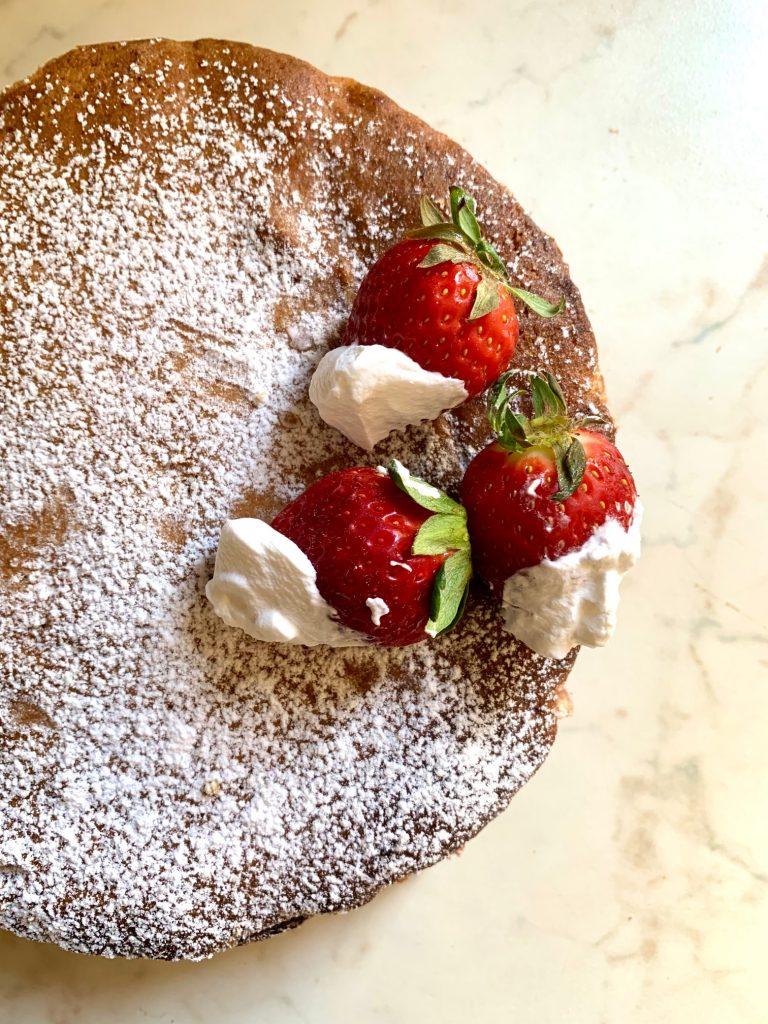 Torta soffice fragole e panna montata